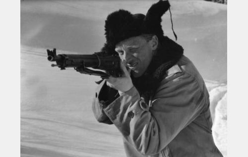 Metsänhoitaja (Åke Lindman) yrittää ampua noitapeuran.