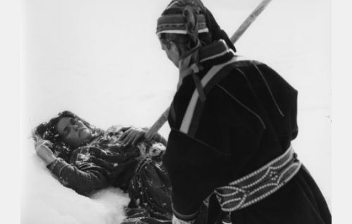 Aslak (Kalervo Nissilä) on surmannut valkoisen noitapeuran - ja samalla vaimonsa Piritan (Mirjami Kuosmanen).