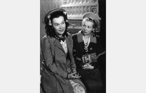 Ilona Enne (Mervi Järventaus) ja Auli Ranta (Helena Kara).