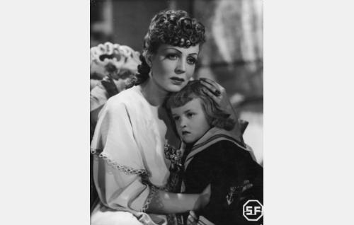 Auli Ranta (Helena Kara) ja hänen poikansa Poju (Pertti Palo).