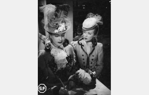 Kirjailija Helavallan rakastajatar Irma (Ester Toivonen) ja Auli Ranta (Helena Kara).