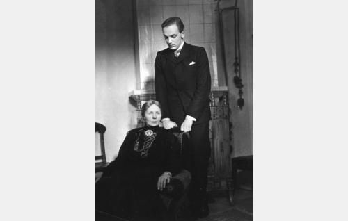 Robert (Ilmari Mänty) ja hänen äitinsä (Bertha Lindberg).