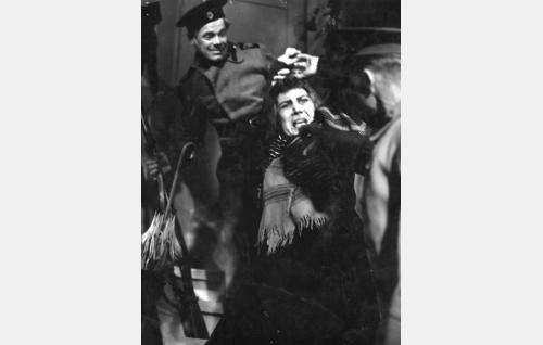 Santarmit pidättävät matami Johanssonin (Annie Mörk).