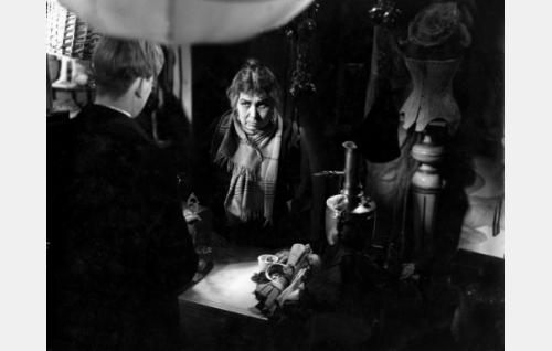 Robert (Ilmari Mänty) matami Johanssonin (Annie Mörk) liikkeessä.
