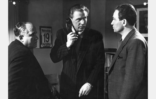 Etsivät Kymäläinen (Matti Aulos) ja Komppa (Kullervo Kalske) sekä komisario Ahmavirta (Leo Riuttu).
