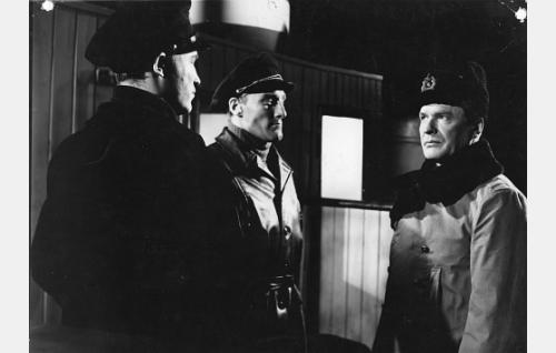 """Perämies Lauri Koskinen (Matti Oravisto), kapteeni """"Bear"""" (Åke Lindman) ja kapteeniluutnantti Koivusalo (Eino Kaipainen)."""