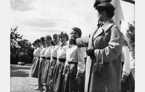 Sisäoppilaitoksen rehtori Hildur (Elsa Turakainen) suoristaa oppilaiden rivit.