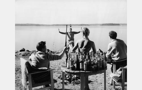 Huvittelua Bergasin huvilalla. Vasemmalta Raul Bergas (Pentti Siimes), runoilija Peter (Tarmo Manni), Astrid Bergas (Elina Pohjanpää) ja taiteilija (Mikko Niskanen).