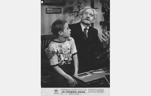 Timo (Pertti-Kalevi) ja hänen isoisänsä Santeri Kivilaakso (Vilho Siivola).