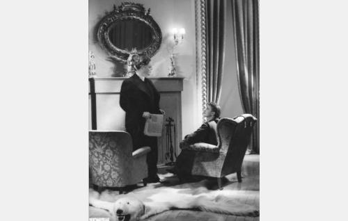 Vuorineuvos Gustav Bergman (Sven Relander) ja hänen puolisonsa Kristine (Hanna Taini).