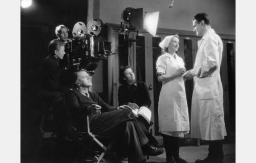 Valentin Vaala ohjaa Lea Joutsenoa ja Tauno Paloa. Cinephon-kameran takana kuvaaja Eino Heino edessään kamera-assistentti Erkki Imberg. Kuvaussihteeri kuvan keskellä tunnistamaton.