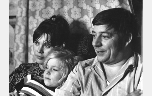 """Liisa Suomies (Tuula Nyman), Susanna Suomies, """"Suska"""" (Maarit Rinne) ja Erik Suomies (Eero Rinne) katsovat televisiota."""