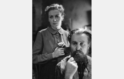 Eliisa Raaska (Irma Seikkula) ja hänen isänsä suutari Raaska (Wilho Ilmari).