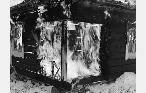 Suutari Raaskan talo tulessa.