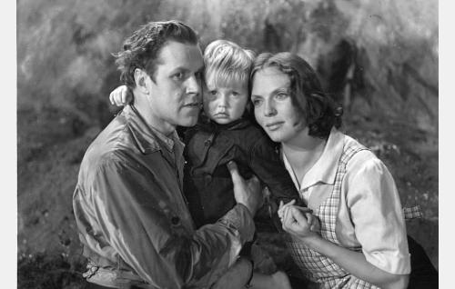 Yrjänän isäntä Antti (Edvin Laine), Yrjänän emäntä Selma (Mirjami Kuosmanen) ja heidän poikansa Tuomas (Jarmo Laine).