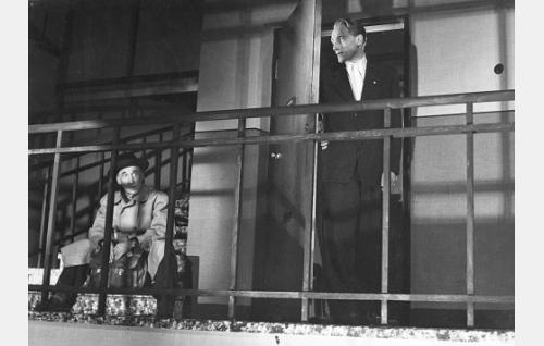 Strömmeriä odottanut mies (Jalmari Parikka) ja Åke Strandbergin (Åke Lindman) rappukäytävässä.