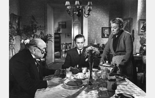 Jussi Virta (Jussi Jurkka) vanhempiensa (Eino ja Emmi Jurkka) seurassa.