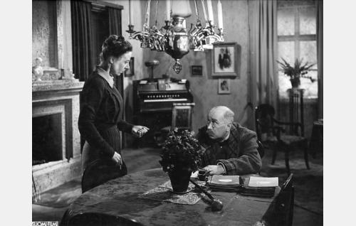 Kristiina Iippo (Elli Ylimaa) ja hänen miehensä, johtajaopettaja Taneli lippo (Eino Jurkka).