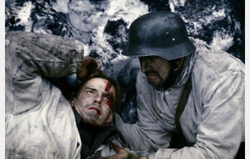 Paavo (Konsta Mäkelä) on haavoittunut, Martti (Taneli Mäkelä) hoivaa.