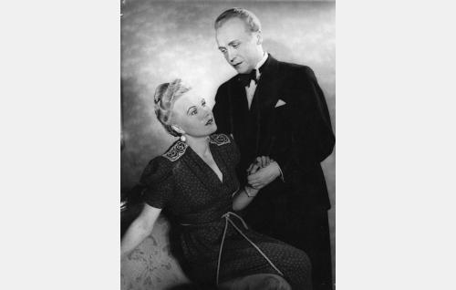 Rouva Anna Norenius (Laila Rihte) ja hänen miehensä, tehtaanjohtaja Heikki Norenius (Ossi Korhonen).