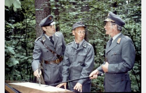 Kapteeni Kuortti (Vesa Vierikko), vänrikki Nappula (Tom Pöysti) ja kenraali Gustafsson (Kalevi Kahra).
