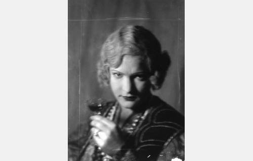 Kartanontytär Elviira (Regina Ekroth).