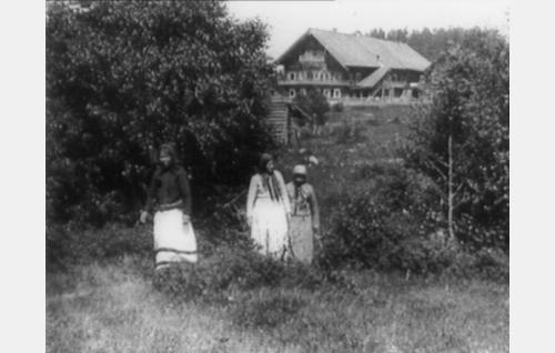 Morsiamen kotia esitti elokuvassa suojärveläinen Bomban talo.
