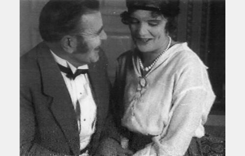 Elokuvan loppukohtaus: Martin eno Kustaa Penttilä (Hemmo Kallio) kertoo kihlanneensa Lauran (Ruth Snellman).