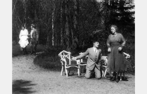 Martti Vaara (Emil Autere) anelee polvillaan ystävänsä Jussi Pontevan Impi-vaimoa (Hilja Jorma) enonpettämisjuoneen mukaan. Taustalla lähestyvät Impin Laura-sisar (Ruth Snellman) ja Martin eno, sahanomistaja Kustaa Penttilä (Hemmo Kallio).