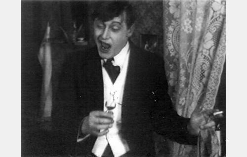 Ylioppilas Martti Vaara (Emil Autere) vauhdissa.