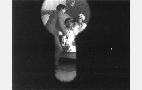 Martin enon näkemänä makuuhuoneen avaimenreiästä: Martti Vaara (Emil Autere) sekä Pontevan pariskunta Impi (Hilja Jorma) ja Jussi (Jussi Snellman) vauhdikkaassa välienselvittelyssä.