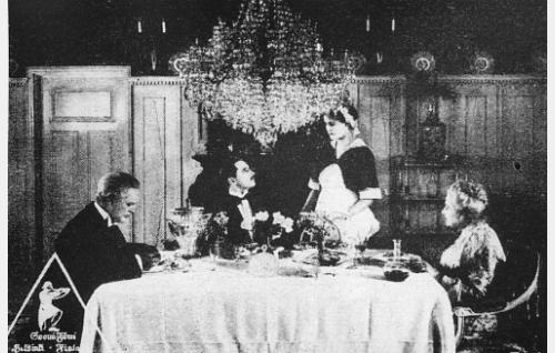 Carl Örn (Eugen Kopkin) ihastuu isänsä kartanon kauniiseen palvelustyttöön Maryyn (Greti Grey); vasemmalla kreivi Carolus Örn (Konrad Tallroth) ja oikealla kreivitär Hedvig Örn (Ida Brander).