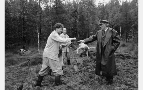 """Vanginvartija Matti Rautela """"Masa"""" (Aarno Sulkanen, oik.), vankeina  Kuusinen, """"Kake"""" (Kari Toivonen), kaljupäinen vanki (Janne Reinikainen) ja (Jukka Uhlgren)."""