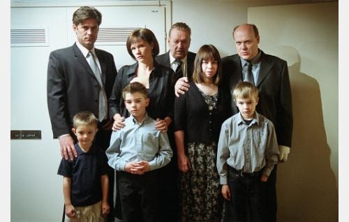Sukua hautajaisissa: Kai (Tommi Korpela), Leena (Mari Rantasila), Henrik (Risto Salmi), Marja (Katja Kukkola), Jaakko (Hannu-Pekka Björkman) ja lapset Jere (Oskari Andersson), Niklas (Aarni Ahjolinna) ja Timo (Johannes Paljakka).