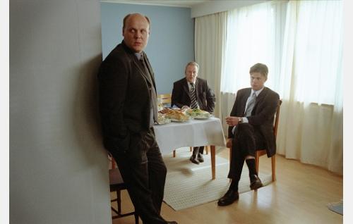 Jaakko (Hannu-Pekka Björkman), hänen isänsä Henrik (Risto Salmi) ja lankonsa Kai (Tommi Korpela) hautajaisissa.