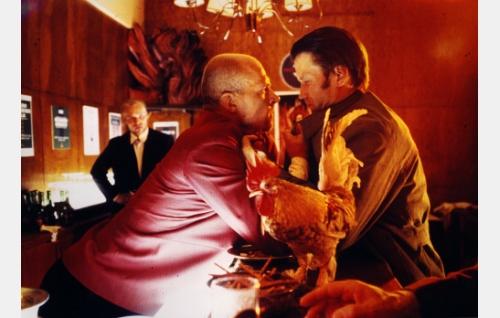 George, Silicon Cafen baarinpitäjä (Pentti Korhonen) ja Lipton Cockton, etsivä (Jorma Tommila).