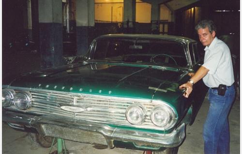 Automuseon johtaja Eduardo Mesejo Maestre ja kunnostusta vaativa Che Guevaran Chevrolet.