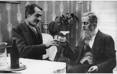 Heikki, agitaattori, (Eino Salmela) juhlii isäntänsä kanssa