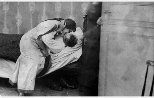 Johanneksen äidin tulo yllättää Heikin (Eino Salmela) ja Annan (Helinä Svensson) kesken suudelman