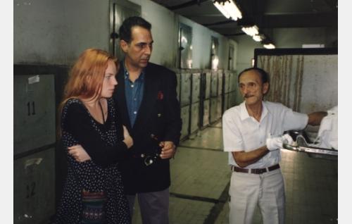 Sini (Petra Karjalainen) ja Jorge (Anselmo Vasconcellos) ruumishuoneella.