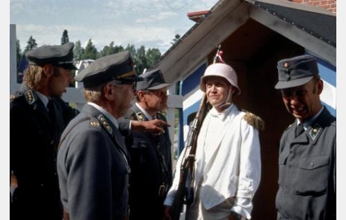 Kapteeni Kuortti (Vesa Vierikko), eversti Ernest Tossavainen (Pentti Siimes), vääpeli Körmy (Heikki Kinnunen), alikersantti Räikkönen (Jani Volanen) ja, vänrikki Nappula (Tom Pöysti).