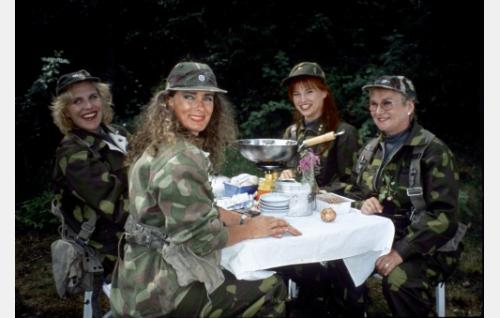 Vänrikki Nappulan vaimo (Eija Vilpas), vääpeli Körmyn vaimo (Maria Melin), luutnantti Sironen (Mari Vainio) ja eversti Tossavaisen vaimo (Elina Pohjanpää).