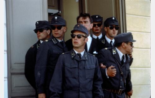 Ryhmä Räyhärannan sotilaita suojaamassa presidenttiä (Ismo Kallio).