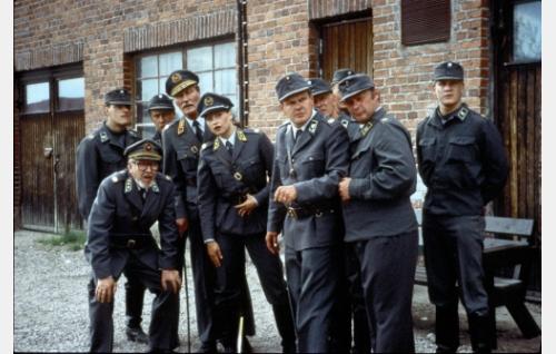 Kenraali Gustafssonin (Kalevi Kahra) johtama ryhmä tarkkailuasemissa.