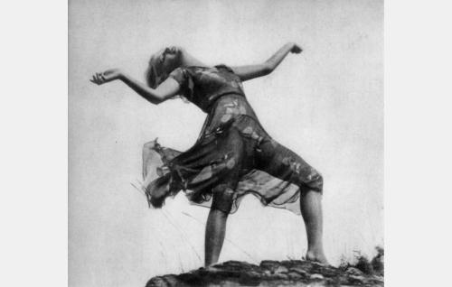 Elfi Lepp-Strobel esitti elokuvassa Aksy Lutsin ja Elsa Joela-Lukinin suunnitteleman tanssin.