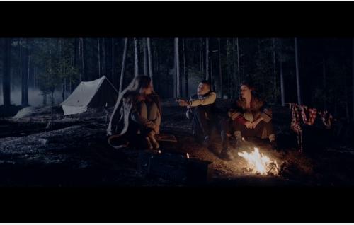 Ida (Nelly Hirst-Gee), Elias (Mikael Gabriel) ja Nora (Mimosa Willamo) leirinuotiolla. Kuva: Heikki Kivijärvi / Don Films Oy.