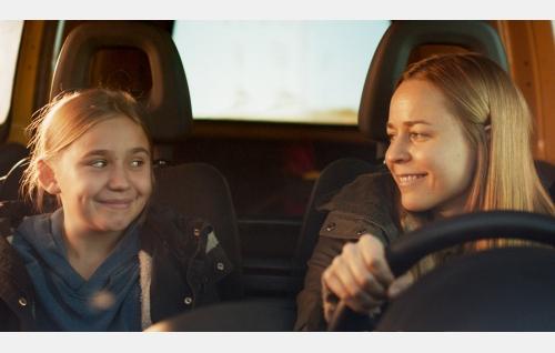 Varpu (Linnea Skog) ja hänen äitinsä Siru (Paula Vesala). Kuva: Catarin Portin / Making Movies Oy.