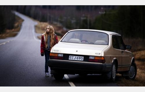 Varpu (Linnea Skog) matkalla pohjoiseen. Kuva: Catarin Portin / Making Movies Oy.