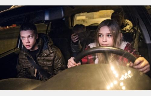 Anttu (Pyry Rautiainen) opastaa Varpua (Linnea Skog) ajamaan autoa. Kuva: Catarin Portin / Making Movies Oy.