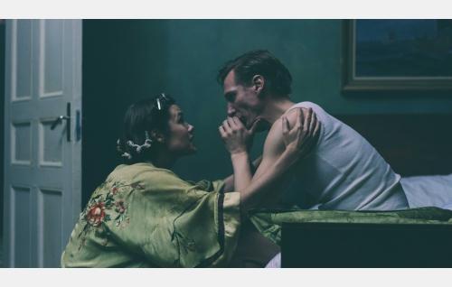 Sisarukset Kaija (Jessica Grabowsky) ja Touko (Pekka Strang). Kuva: Josef Persson.